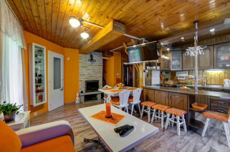 Romanticka chata Liptovský Ján kuchyna s obyvackou