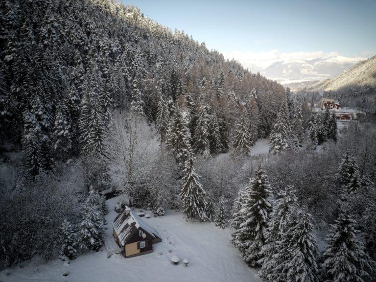Romanticka chata Liptovský Ján v zasnezedej doline