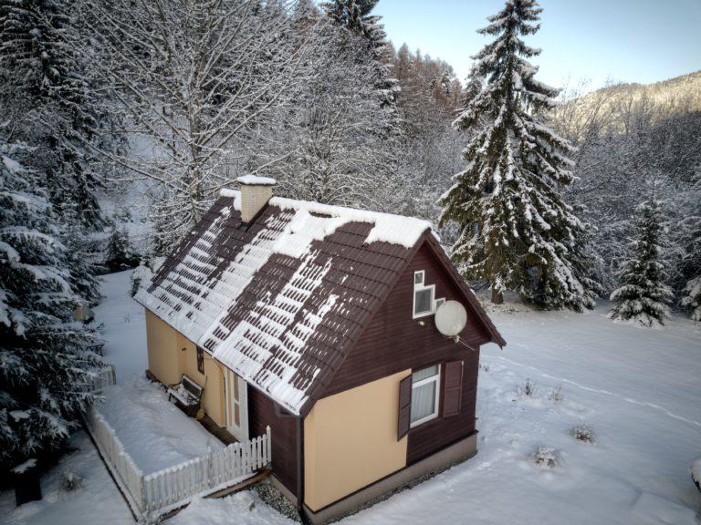 Romanticka chata Liptovský Ján zboku v zime - janska dolina