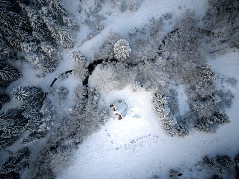 zasnezena chata v liptovskom janea okolie